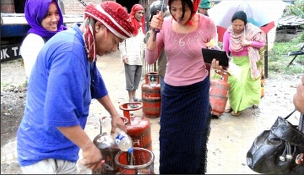 Consumoers line up for their filled LPG