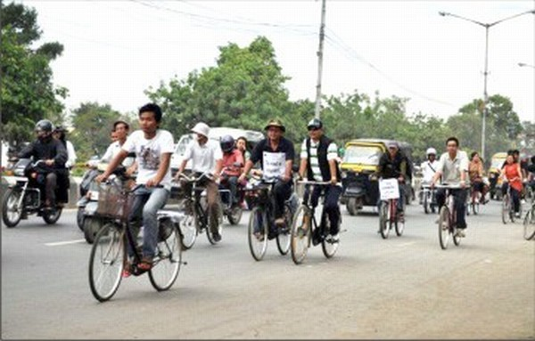 Members of MCC pedal their way through Imphal