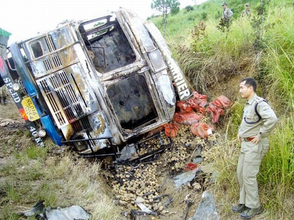 Potato laden truck burned and toppled near Thawai Tangkhul village in Gwaltabi area