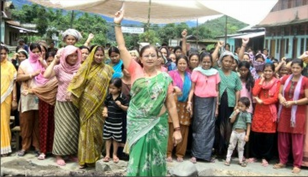 Womenfolk blocking the raod and raising slogans for district status on Sadar Hills along NH-2