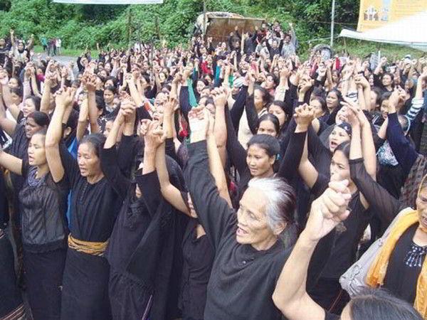 Women supporter of SHDDC shouting slogan to declare Sadar Hills a full fledged district