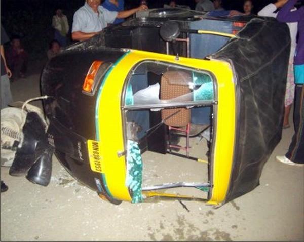 An autorickshaw damaged by AR personnel at Keithelmanbi