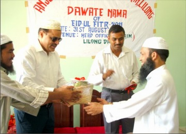 Brig Navneet Kumar hands over gifts and Col Sanjeev Kumar