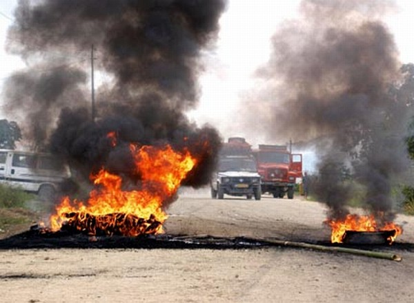 Agitators burn tyres at Kakching Lamkhai to block vehicular movement on NH 39