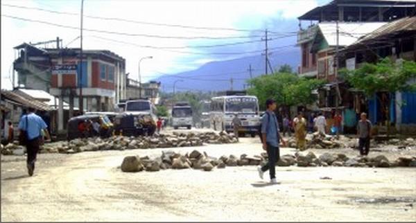 Boulders piled-up at Kangpokpi Bazar to enforce SHDDC-sponsored economic blockade