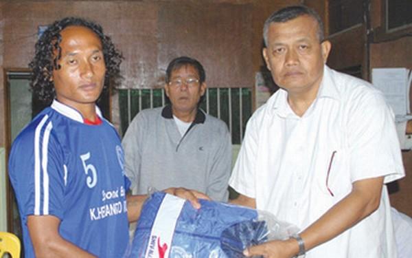 Track suits  sponsored by Hueiyen Lanpao being distributed by Soubam Nirman to a TRAU's key player