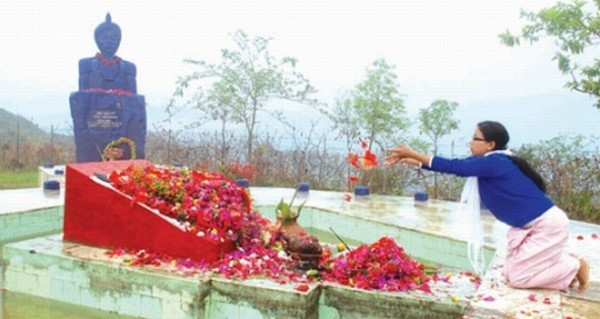 A young woman offering floral tributes at Cheiraoching Martyrs' complex on April 13