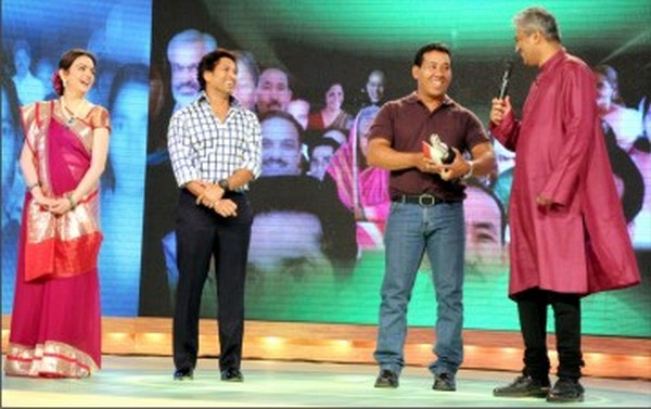 RK Viswajit receiving the CNN/IBN's Real Heroes Award in Health and Disability category