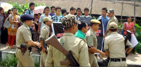 Cops stop students from proceeding towards Raj Bhavan