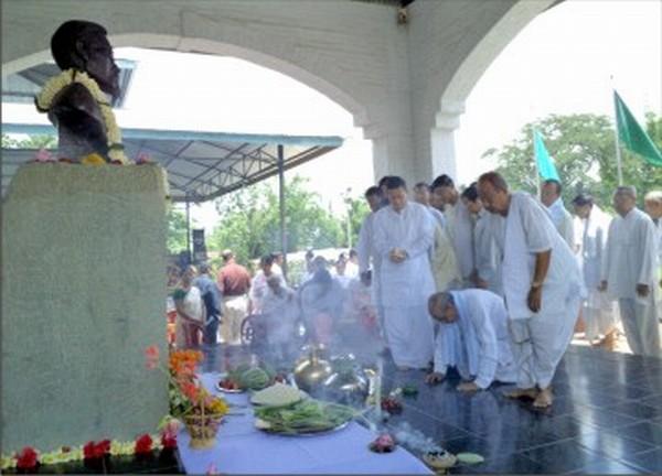 Tributes paid to the bust of Samarendra at Khurai Salanthong