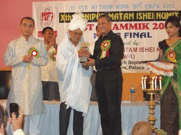 AMMIK President Prof Jodhachandra Sanasam presenting AMMIK Lifetime Achiever Award to lyricist Thanjam Kora