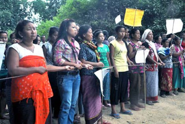 Volunteers of Maha Kabui Namching Youth Club and Women's Society blocked Keithelmanbi-Maha Kabui stretch :: Oct 1 2012