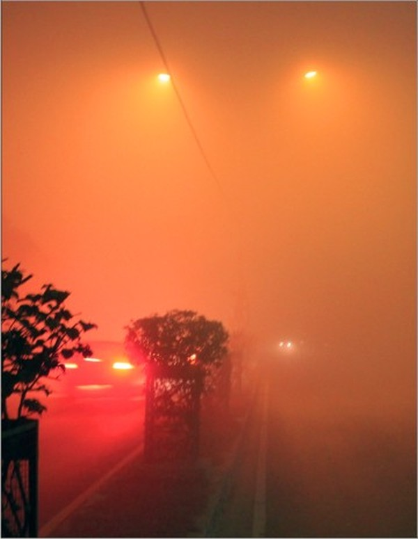Thick smog enveloped Imphal city, especially along the airport road, reducing visibility to near zero :: Dec 11 2012
