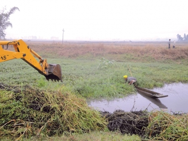 An excavator of IFC Department being used in the dredging exercise of Waisel Maril