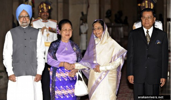 Snr-Gen Than Shwe (R), Indian President Pratibha Singh Patil (2nd R), Indian Prime Minister Manmohan Singh (L) and Than Shwe's wife Kyaing Kyaing (2nd L) pose during a ceremonial reception at the Presidential Palace in New Delhi on July 27, 2010